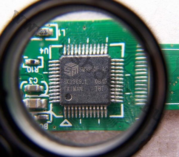 Фотография под лупой контроллера SMI SM325QF AC